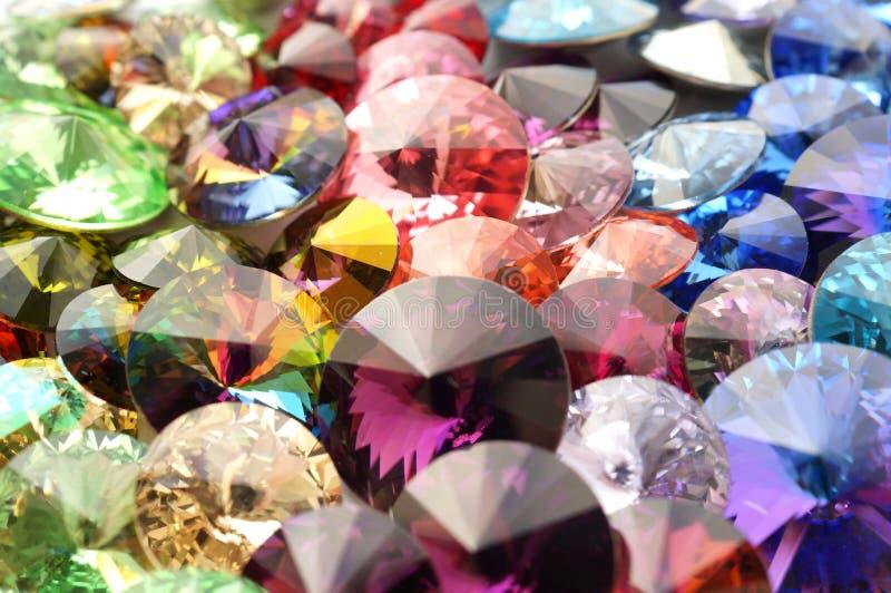 Les cristaux d'arc-en-ciel ont facetté des pierres gemmes image libre de droits