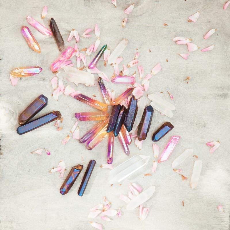 Les cristaux de quartz colorés avec la rose de rose part sur la structure en bois photographie stock