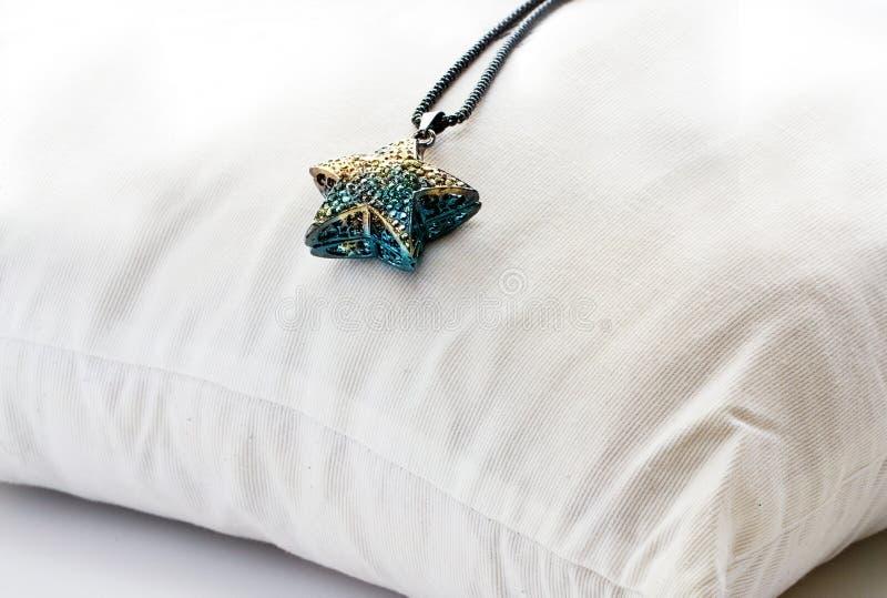 Les cristaux en métal de collier tient le premier rôle coloré sur le vintage d'oreiller de dossier images stock