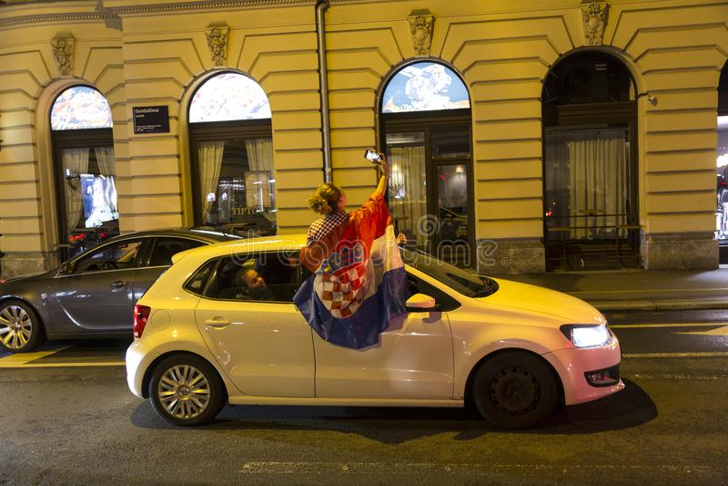 Les croates à Zagreb célèbrent la victoire contre l'Angleterre dans semi la finale du finale de la Coupe du monde photos libres de droits