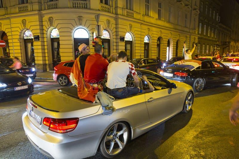 Les croates à Zagreb célèbrent la victoire contre l'Angleterre dans semi la finale du finale de la Coupe du monde photos stock