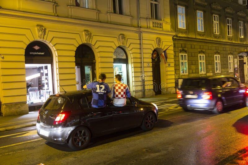 Les croates à Zagreb célèbrent la victoire contre l'Angleterre dans semi la finale du finale de la Coupe du monde photo libre de droits