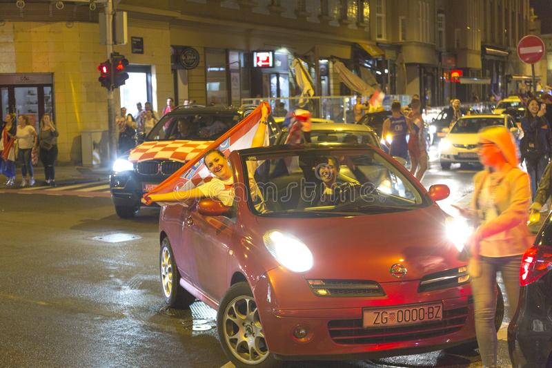Les croates à Zagreb célèbrent la victoire contre l'Angleterre dans semi la finale du finale de la Coupe du monde photo stock