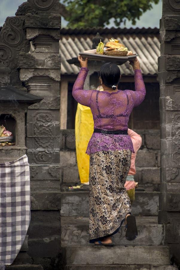Les croyants indous apportent des offres à un temple dans Bali, Indonésie photo stock