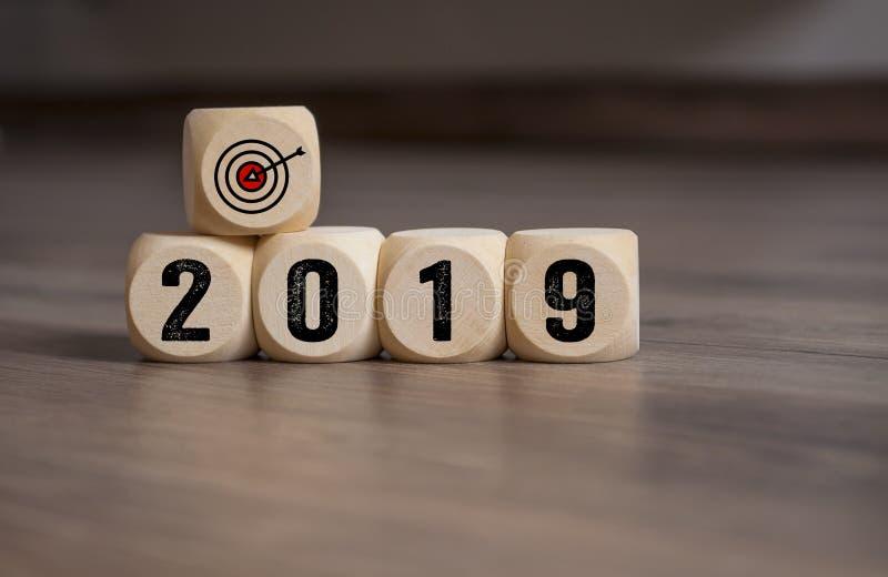 Les cubes découpent avec des buts de cibles pour 2019 photographie stock libre de droits