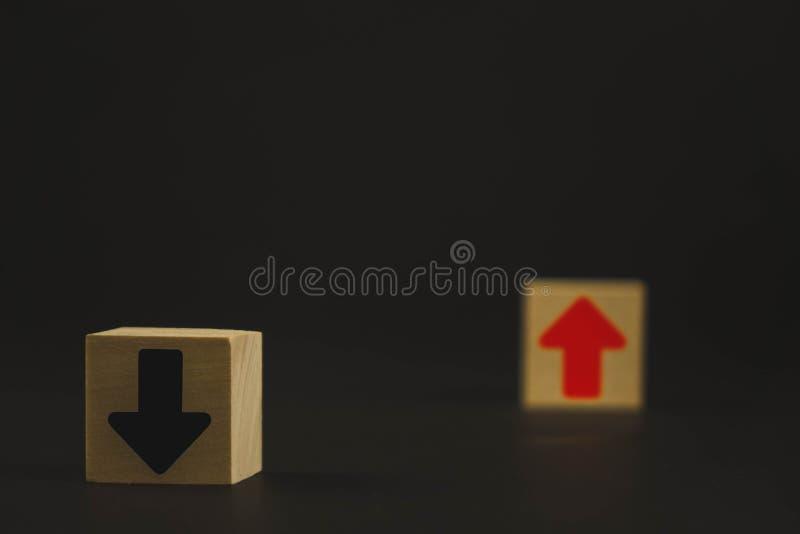 Les cubes en bois sur la table sont rouges et la croissance et développement noire et rouge de moyens, et la flèche noire signifi photographie stock