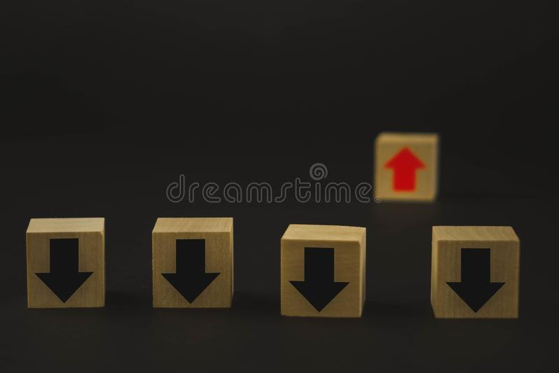 Les cubes en bois sur la table sont rouges et la croissance et développement noire et rouge de moyens, et la flèche noire signifi image libre de droits