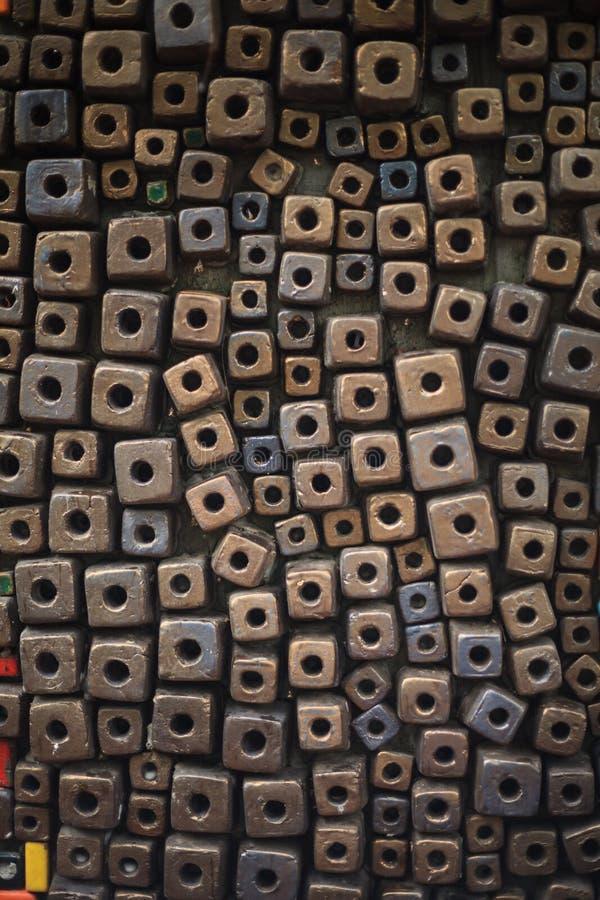 Les cubes multicolores décorant le fond de mur conçoivent, wallpaper, contexte, matrices de résumé, boîte ou forme de perle images libres de droits