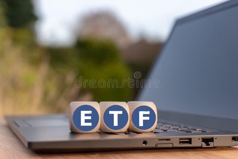 """Les cubes ont placé sur un carnet avec les lettres """"ETF """" photographie stock"""