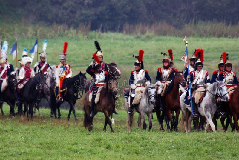 Les cuirassiers de cavaliers de cheval chez Borodino luttent la reconstitution historique en Russie photo stock