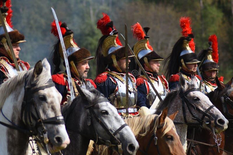 Les cuirassiers de Reenactors montent des chevaux à la reconstitution historique de bataille de Borodino en Russie image stock