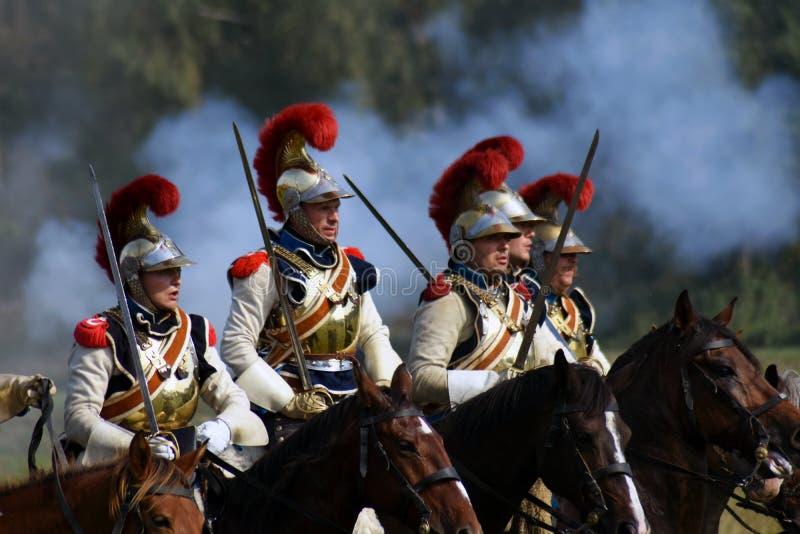 Les cuirassiers de Reenactors montent des chevaux à la reconstitution historique de bataille de Borodino en Russie photo libre de droits
