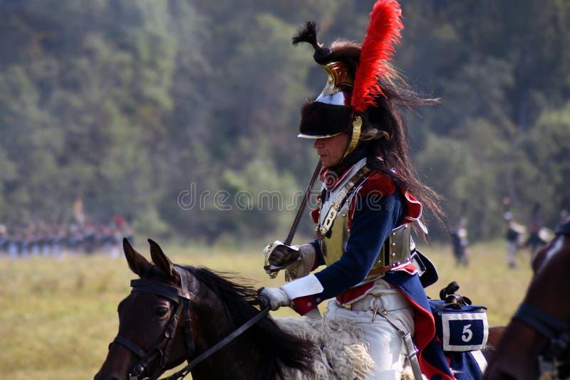 Les cuirassiers de Reenactors montent des chevaux à la reconstitution historique de bataille de Borodino en Russie images libres de droits
