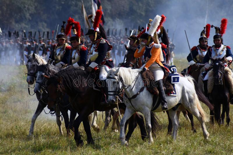 Les cuirassiers de Reenactors montent des chevaux à la reconstitution historique de bataille de Borodino en Russie photos stock