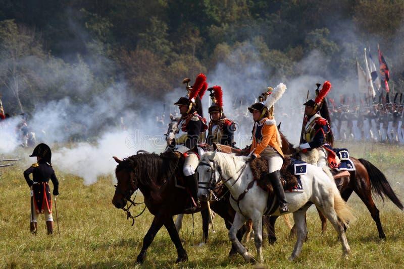 Les cuirassiers de Reenactors montent des chevaux à la reconstitution historique de bataille de Borodino en Russie photo stock