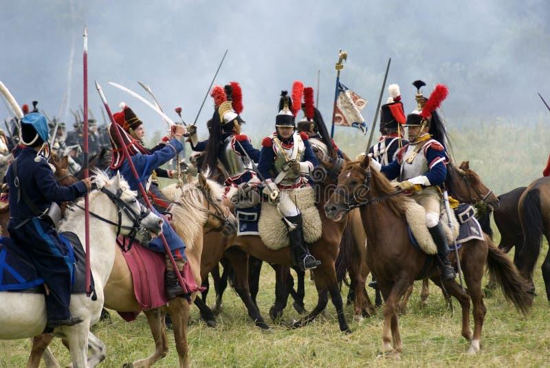 Les cuirassiers français de soldats d'armée chez Borodino luttent la reconstitution historique en Russie photo libre de droits