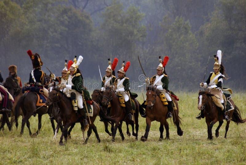 Les cuirassiers français de soldats d'armée chez Borodino luttent la reconstitution historique en Russie photos libres de droits