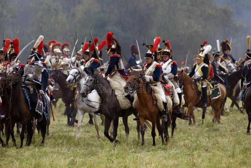 Les cuirassiers français de soldats d'armée chez Borodino luttent la reconstitution historique en Russie images stock