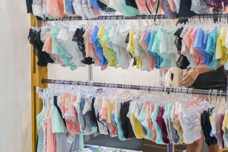Les culottes des femmes sur le cintre dans le magasin Lingerie dans le magasin Nouvelle lingerie de dentelle photos stock