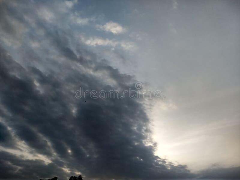 Les cumulus cache le soleil dans le matin photos libres de droits