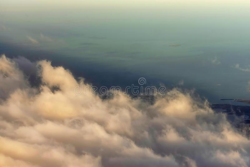 Les cumulus ont accentué dans la vue du soleil de matin de l'airp photos libres de droits