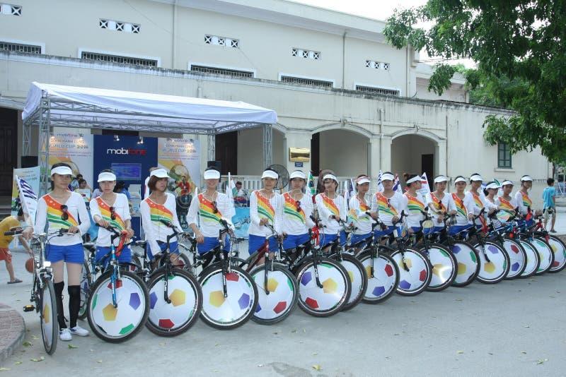 Les cyclistes annoncent pour un événement, Hanoï, Vietnam en 2010 image libre de droits