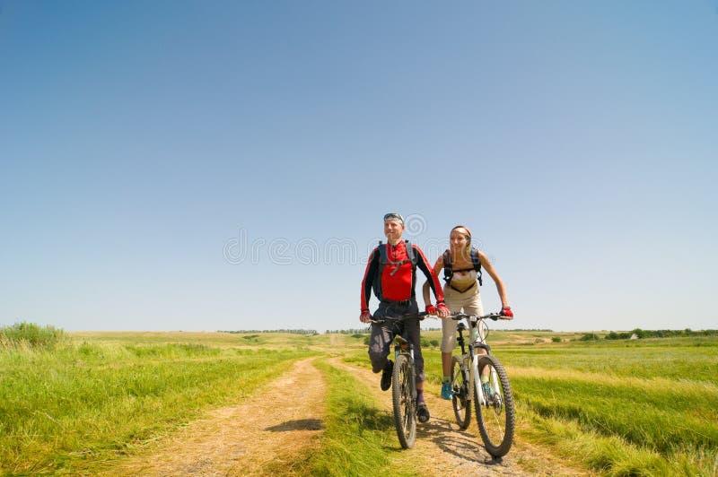 Les cyclistes détendent faire du vélo à l'extérieur image stock