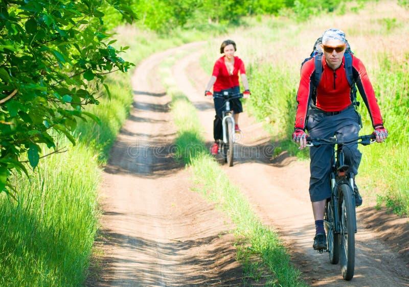 Les cyclistes détendent faire du vélo à l'extérieur photo libre de droits