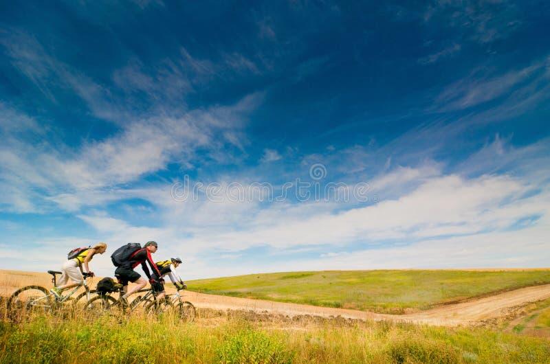 Les cyclistes détendent faire du vélo à l'extérieur photo stock