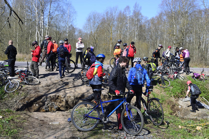 Les cyclistes détendent faire du vélo à l'extérieur photos libres de droits