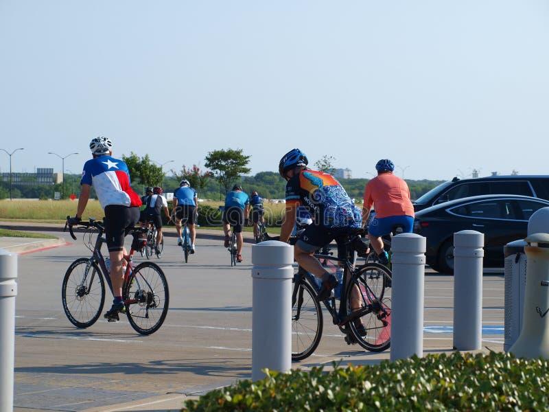 Les cyclistes font la pause de l'eau à la plaza du ` s de fondateur photos stock