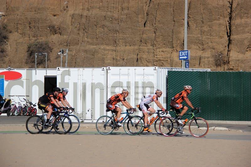 Les cyclistes montent des bicyclettes photo libre de droits