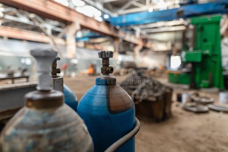 Les cylindres de gaz pour l'oxygène et l'argon sont dans le magasin de production photo stock