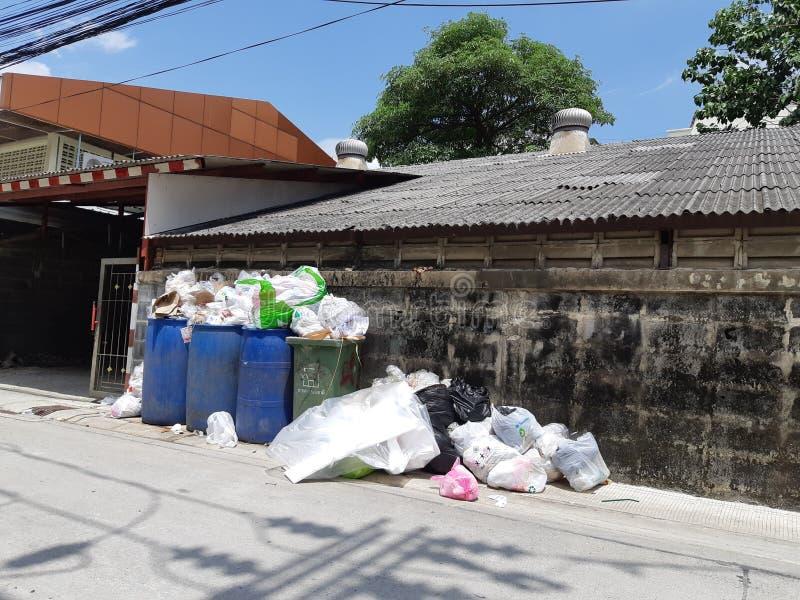 Les déchets débordant avec des déchets , Bangkok , la Tha?lande 11h29 Jun-23-2019 photo libre de droits