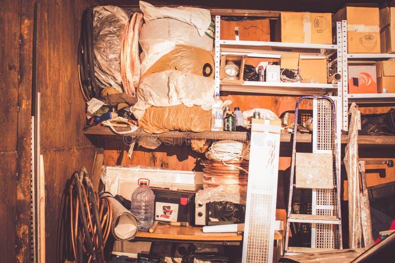 Les déchets dans le garage, ont empilé différentes vieilles choses images stock