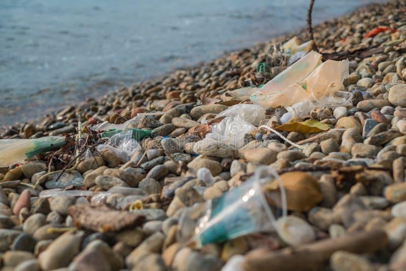 Les déchets plastiques sur la plage photos stock