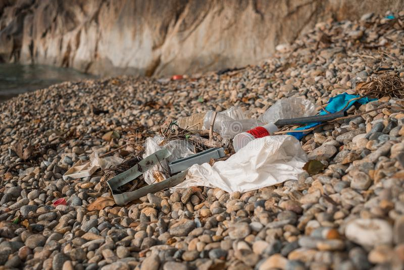 Les déchets plastiques sur la plage photo libre de droits