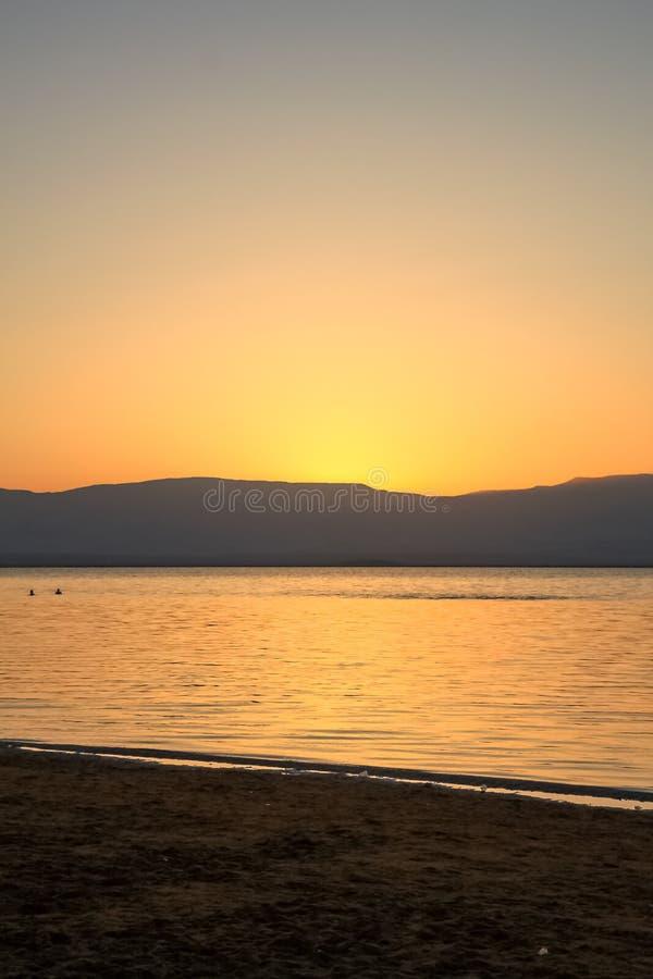 Les déchets salissent la plage de la mer morte, où bain de personnes et flotteur en raison de la teneur en sel élevée  image libre de droits