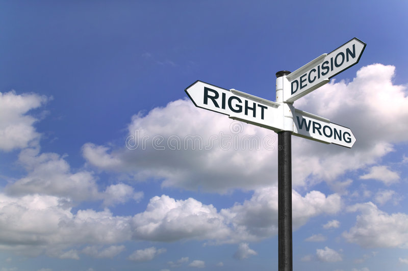 Les décisions signent dedans le ciel photographie stock