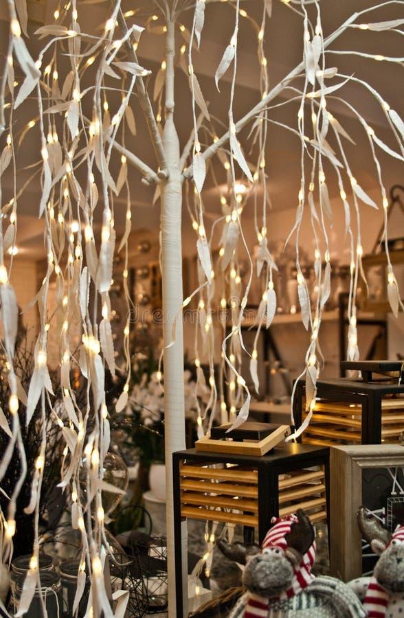 Les décorations à la maison font des emplettes avec l'arbre de Noël blanc de LED images stock