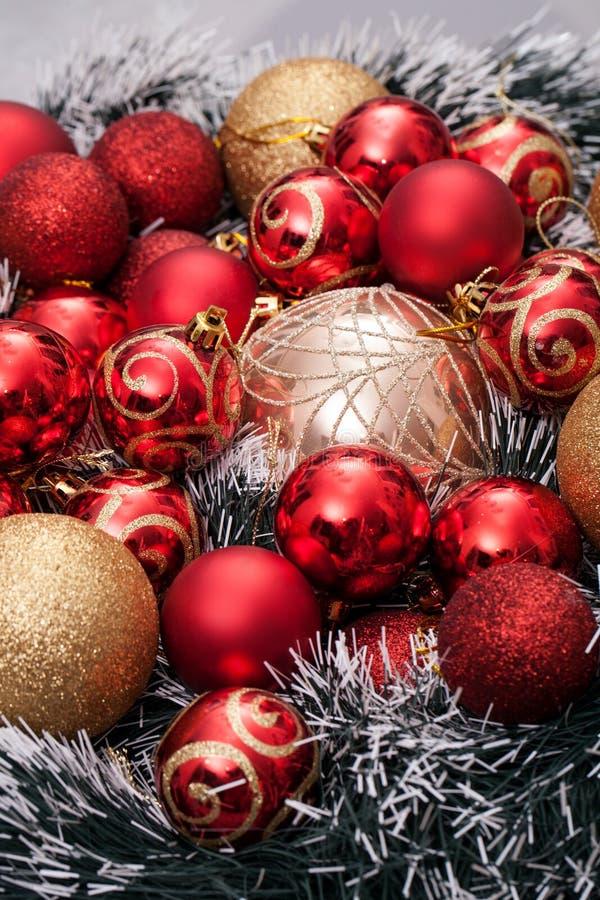 les décorations de copie de Noël orientent l'arbre rouge de l'espace de grand ornement d'or images stock
