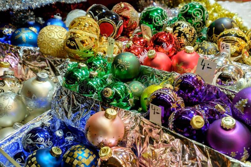 Les décorations de Noël dans des boîtes se sont vendues au marché à Vienne images stock