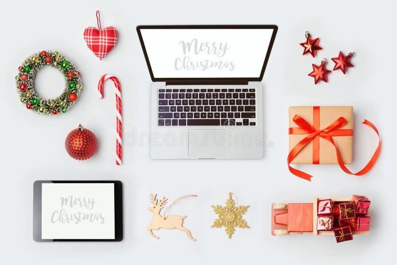 Les décorations de Noël, l'ordinateur portable et les objets pour la moquerie vers le haut du calibre conçoivent Vue de ci-avant photographie stock libre de droits