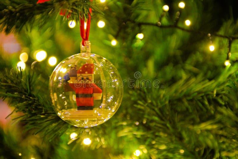 Les décorations de Noël, Santa Claus à l'intérieur de boule transparente, arbre de Noël s'allume images stock