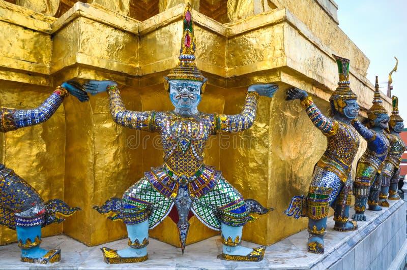 Les démons mythiques ornent le mur du temple bouddhiste photographie stock