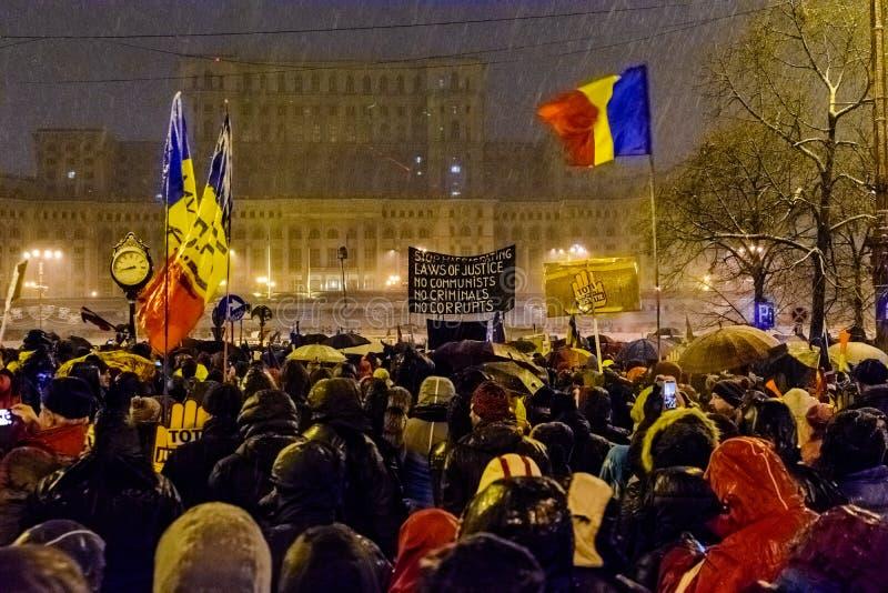 Les démonstrateurs pendant une anti-corruption protestent devant le bâtiment roumain du Parlement à Bucarest images libres de droits
