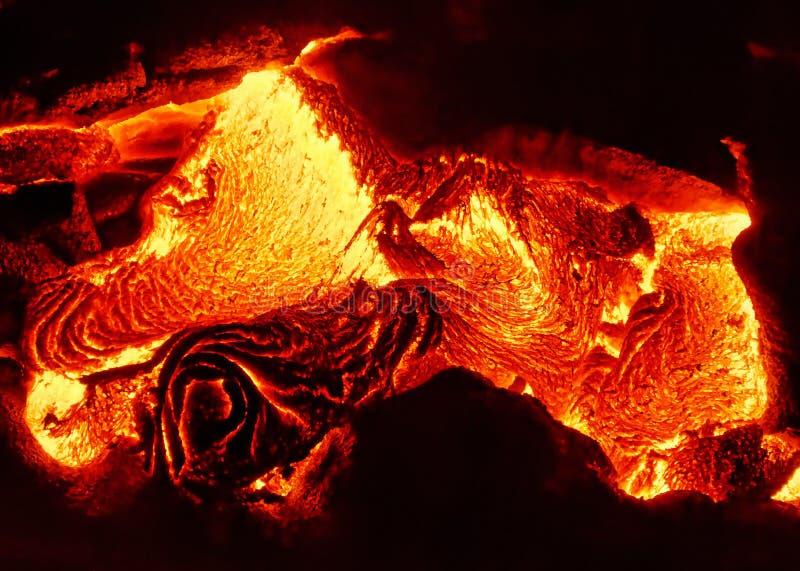 Les détails d'un écoulement de lave actif, magma chaud émerge d'une fente dans la terre images stock