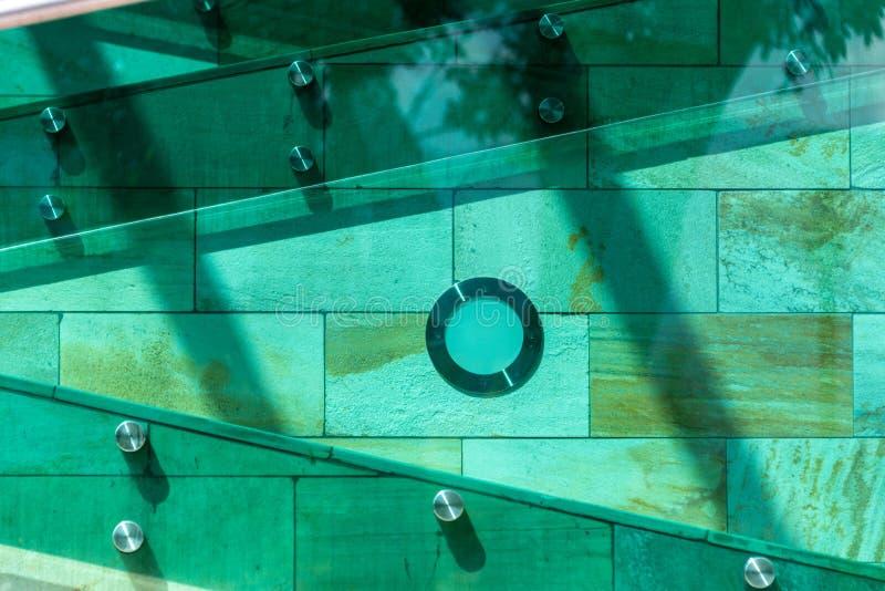 Les détails de l'architecture moderne Escaliers dans des couleurs vertes, oranges et jaunes, faites de pierre, verre et métal photographie stock