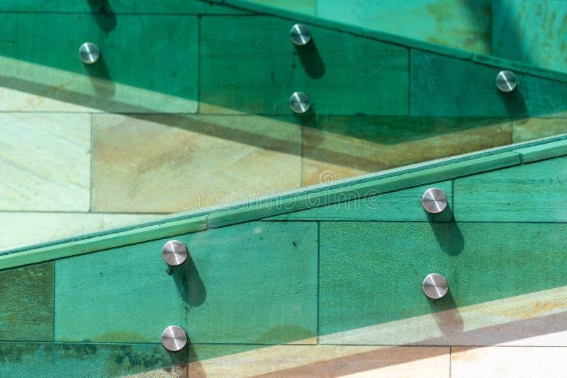 Les détails de l'architecture moderne Escaliers dans des couleurs vertes, oranges et jaunes, faites de pierre, verre et métal images libres de droits