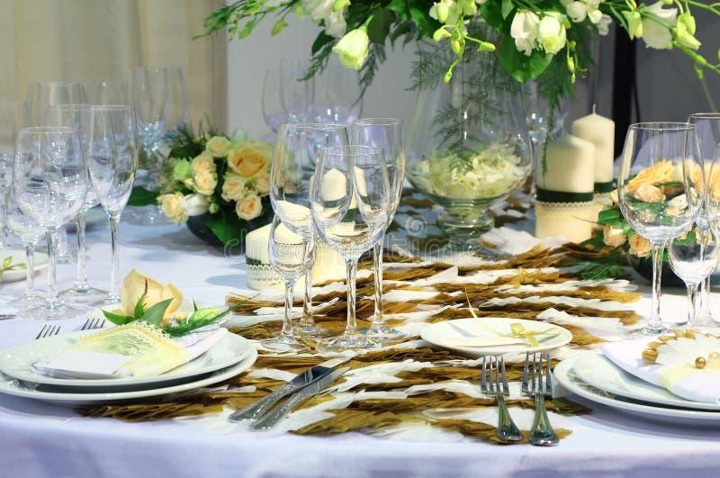 Les détails de la belle table ont placé pour le dîner de mariage photos libres de droits